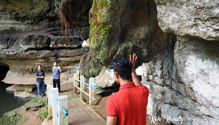Ketoklah batu sebelum masuk ke dalam gua.