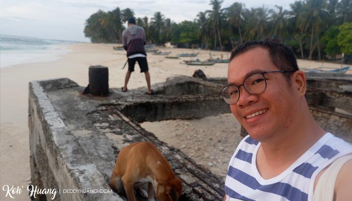 selfie dengan anjing - Jelajah Pesona Pulau Pisang : Bertemu Teman Baru (Bagian 2)