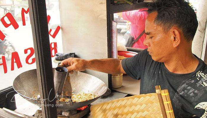 penjual lumpia basah - 10 Kuliner Bogor yang Bisa Kamu Icip Dalam Sehari