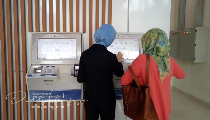 cara beli tiket kereta bandara jakarta - Pengalaman Naik Kereta Api Bandara Soetta (Soekarno Hatta)