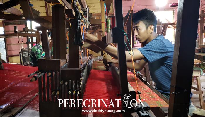 cara menenun kain 01 - Cantik Nian Kain Khas Palembang