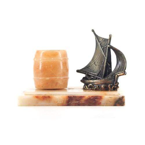 bronzen schip beeld op marmer