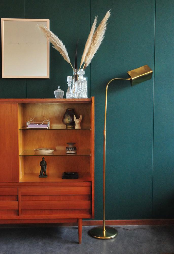 vintage vitrine kast en vintage gouden vloerlamp