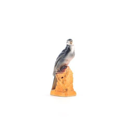 porseleinen vogel op huisje