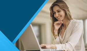 Mujer typeando contenido en una computadora portátil