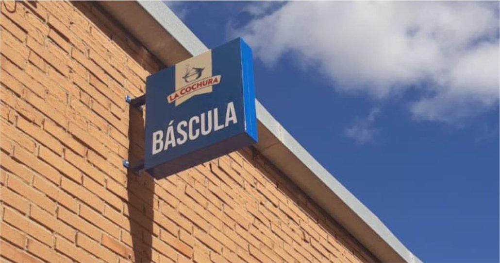 DEEMESTUDIO-LA COCHURA-SEÑALETICA EXTERIOR-BANDERIN BASCULA