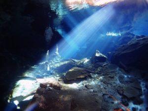 Cenote Kukulkan, buceo en caverna con luz de invierno en la mañana