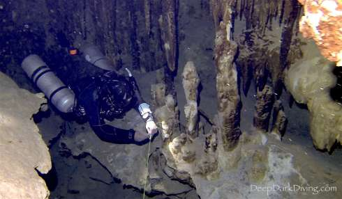Cave diving in Cenote Minotauro - Removing a jump line