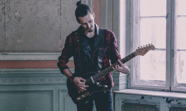 sesja zdjęciowa deer scarlet przemek z gitarą