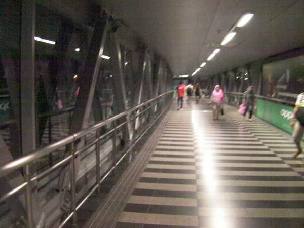 上の通路を進んだり、地下に入ったりの通路です。