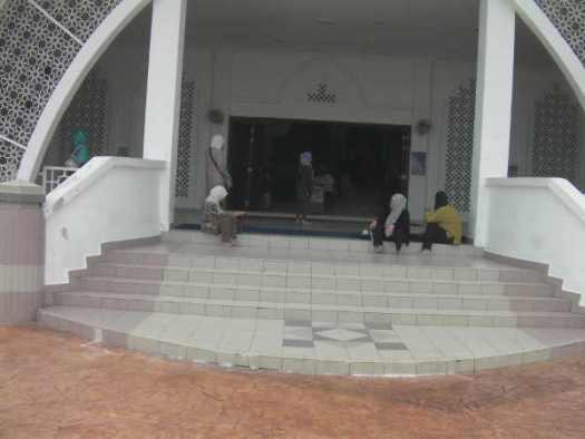 中の礼拝所は入れる雰囲気ではなかった。