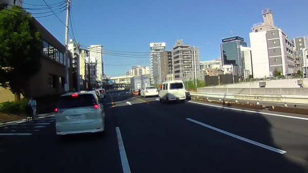 左折車が詰まっている交差点、どう進むか