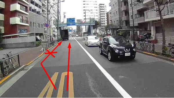 さらに、その先の路駐車がいたので直進したのが、プリウスを挑発したと思わせた原因