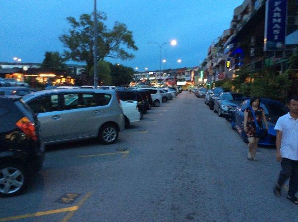 歩道のようで、駐車スペースのようで、左折車用レーンだったりするところを進む