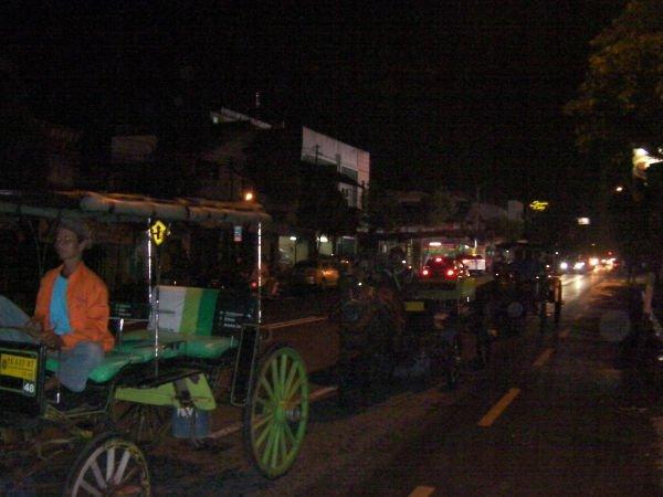 街で目立つのが馬車タクシー
