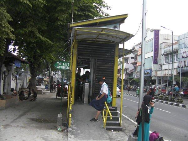 料金を先払いして、バス停の中で待ちます。