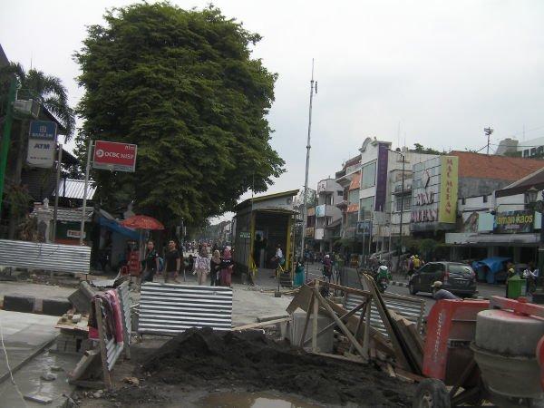マリオボロ通りは現在歩道拡張工事中です。その先にバス停があります。