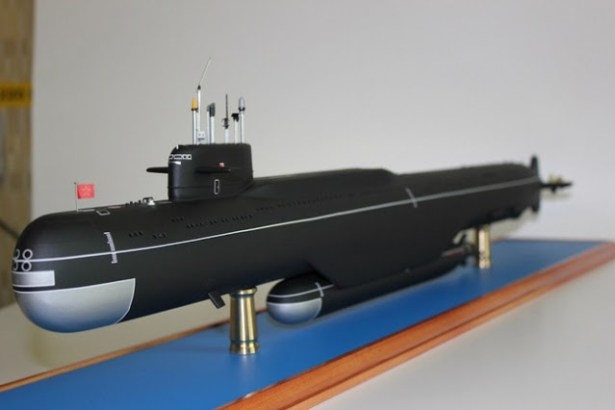 Losharik and MotherShip-Model of a Yankee or Delta class submarine acting as mothership to what may be a Losharik 60-80m long submarine attached to its belly.