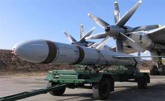 Radug Kh555 cruise missile loaded onto a Tu-95 bomber.