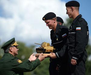 Russia's defense minister Sergai Shoigu decorating the Russian team, winners of the international tank biathlon competition. Photo: RT