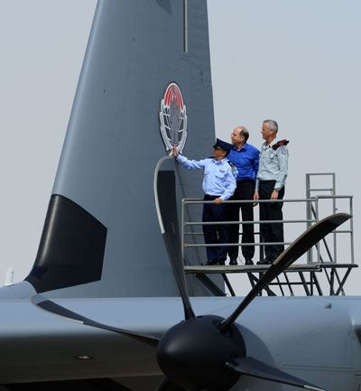 The new C-130J Super Hercules has joined the 103 Squadron (Elephants) at the IAF base of Nevatim.  The squadron is already operating C-130Hs, part of which will also be upgraded by local contractors, Israel Aerospace Industries (IAI) and Elbit Systems. In the photo IAF Commander in Chief Maj. General Amir Eshel, Chief of staff Lt. General Benni Gantz and defense minister Lt. General (ret) Moshe Yaalon  are inspecting the new emblem on the tail of the Samson. Photo: IDF