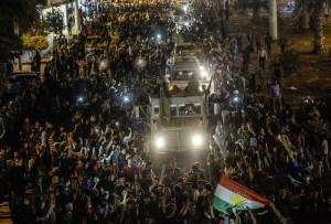 Kurdish people in Turkey greet peshmerga convoys at Viransehir, in Sanliurfa. Photo: AFP