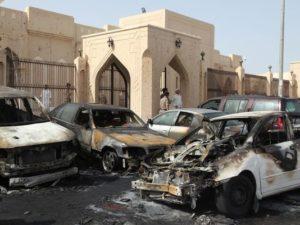 قوات الأمن السعودية تعاين موقع التفجير الانتحاري الذي استهدف مسجد العنود الشيعي في التاسع والعشرين من شهر مايو.  (صورة: AFP)