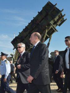 ثم تفقد وزير الدفاع الأمريكي تشاك هاغل ووزير الدفاع الإسرائيلي موشيه يعالون بطارية صواريخ Patriot بعد مشاهدتهم تمارين مناورات كوبرا العرعر 14 في حتزور، قاعدة القوات الجوية الإسرائيلية، في الخامس عشر من مايو لسنة 2014. كما تداول الوزير الإسرائيلي مع نظيره الأمريكي قضية نشر بطاريات THAAD (ثاد) في مناورات كوبرا العرعر لسنة 2016 والتدريبات الجوية المشتركة النصف سنوية وتدريبات الدفاع الصاروخي المقرر تأديتها هنا مبكرا السنة المقبلة. (تصوير: ماندل نغان – بول/ غيتي)