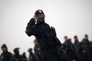 أفراد من الوحدات الخاصة في الشرطة السعودية أثناء مشاركتهم في عرض عسكري أقيم في مكة في 17 سبتمبر قبل موسم الحج السنوي. (صورة: محمد الشايخAFPغيتي إيمدجز)