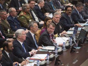 وزير الدفاع آش كارتر يطلق عددًا من التصريحات خلال اجتماع مكافحة داعش في مقر حلف الناتو في بروكسل، بلجيكا، 11 فبراير 2016 (صورة: الرقيب. أدريان كاديز)