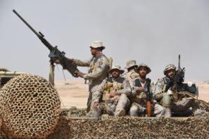 """أداء القوات الخاصة خلال التدريبات العسكرية """"رعد الشمال"""" في حفر الباطن، على بعد 500 كم شمال شرق العاصمة السعودية الرياض بالعاشر من مارس. حيث بدأت قوات مسلحة مشتركة لـ20 دولة مناورات عسكرية في الشمال الشرقي للمملكة العربية السعودية والتي وصفتها الصحيفة السعودية الرسمية أكبر تدريبات عسكرية بالعالم. (تصوير: فايز نور الدين/ AFP - غيتي إيمجز)"""