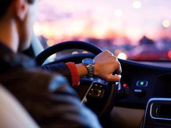 Pessoa dirigindo carro