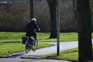 ouderen op elektrische fiets