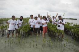 Menanam mangrove. Photo by @nutrisi_bangsa