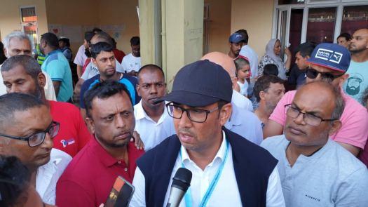 Shakeel Mohamed et son colistier Salim Abbas Mamode après la proclamation officielle des résultats.