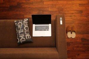 Un PC portable sur le canapé