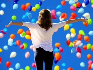 Une dame au milieu de ballons de baudruches