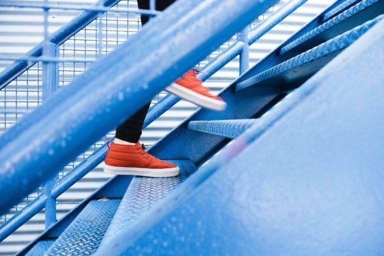 Des jambes qui montent des escaliers !