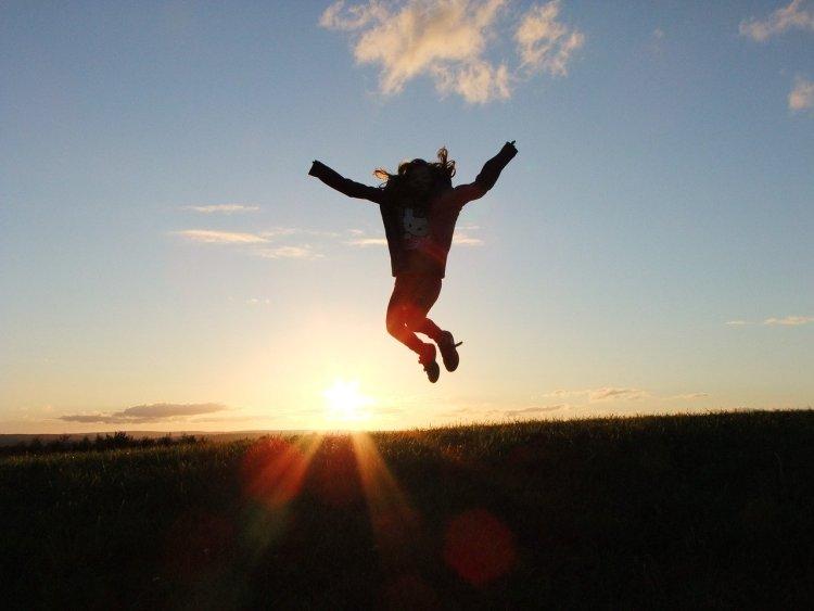 Personne qui saute dans les airs car elle est heureuse !