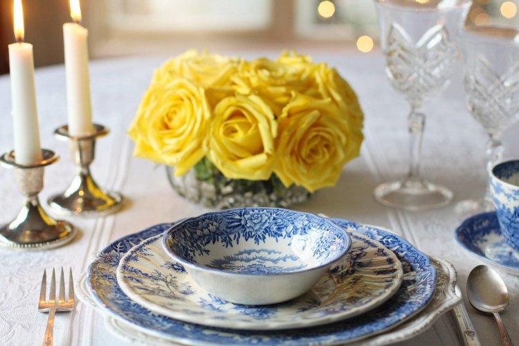 Une table dressée avec de jolies fleurs. Un rien peut tout changer.