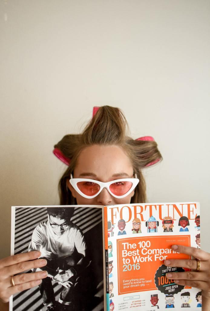Atomic habits : une dame chez le coiffeur avec un magazine en main.