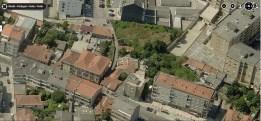 Imagem aérea com os dois edifícios históricos e a travessa lateral