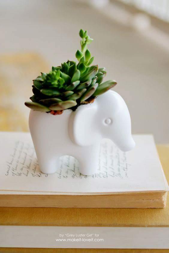 Decoração com vaso de cerâmica elefante