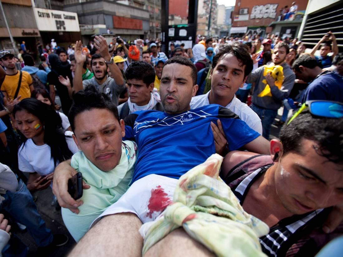 3 mortes somente no dia 12. Policiais dando tiros nos manifestantes e desconhecidos passando de moto fazendo o mesmo. Porradaria insana em jovens que não tem nem um canivete no bolso.