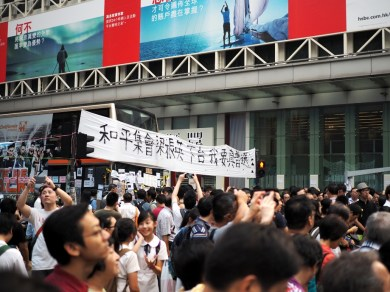 """A Bus that got trapped in the occupied zone. The banner reads """"Peaceful assembly, CY Leung (Chief Executive) Steps down, I want true, universal Suffrage"""""""