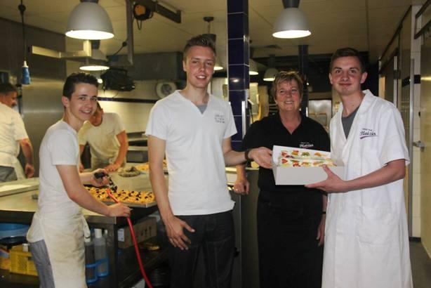 Bas van Rooijen uit Dwingeloo neemt taart in ontvangst