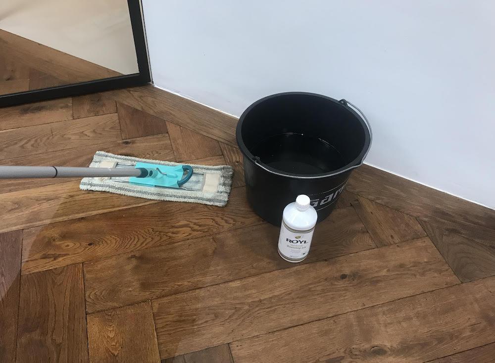 Onderhoud geoliede vloer met vloerzeep