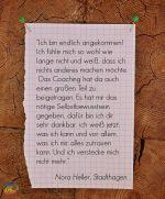 Nebenstehender Text auf Zettel an Pinnwand: Referenz Nora Heller für Johanna Ringe www.dein-buntes-leben.de