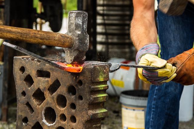 Stahl schmieden beim Werkzeugmacher