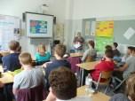 """Die kreativen Ideen wurden abschließend mit Frau Dr. Wittkowski diskutiert. """"Die Diskussion mit unserer Schulleitung Frau Dr. Wittkowski am Ende des Workshops hat mir am besten gefallen"""", sagt die 17-jährige Teilnehmerin Lilli aus Klasse 11. """"Das hat uns gezeigt, dass unsere Ideen wirklich ernst genommen werden und wir tatsächlich etwas bewegen können"""". Foto: Berliner Energieagentur"""